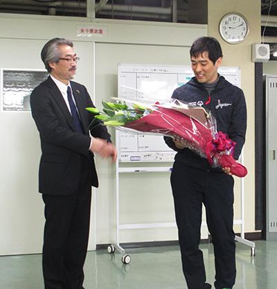 理事長から花束贈呈